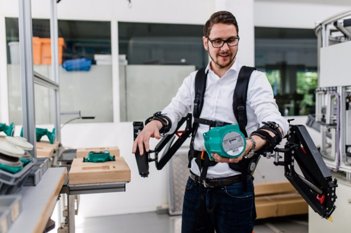 Robo-Mate makes lifting easier by a factor of ten